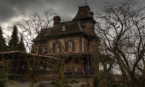 http://turismoendisneyland.com/wp-content/uploads/phantom-manor.jpg